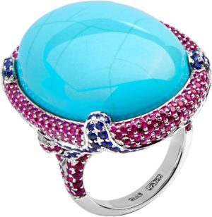Восхитительное кольцо с 1 бирюзой, 402 рубинами, 96 сапфирами из белого 750 (арт. ж-8662к)