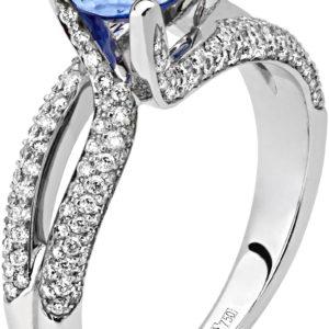 Нарядное кольцо с 113 бриллиантами, 1 сапфиром из белого золота 750 пробы (арт. ж-8641к)